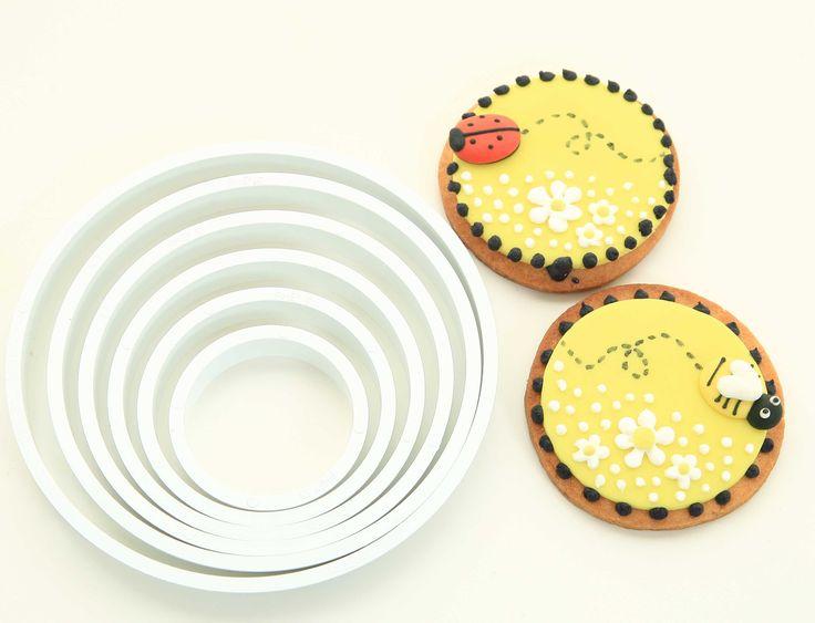 """Har ni sett det här praktiska setet med 6 runda utsickare tillsammans? Med """"vassa"""" kanter skär det genom både kakdeg, sockerpasta och marsipan. Ni kan även göra runda smörgåsar o ni vill det, eller för att embossa ytor att spritsa eller måla i... Möjligheterna är många! Här har vi använt dem till kaka OCH sockerpasta. Visst är de små bi- och nyckelpigekakorna söta? #rundautstickare #brakvalité #homeparty #livstidsgaranti #bokavisning #blikonsulent"""