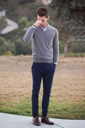 Look de moda: Jersey de Pico Gris, Camisa de Manga Larga Blanca, Pantalón Chino Azul Marino, Zapatos Oxford de Cuero Marrónes