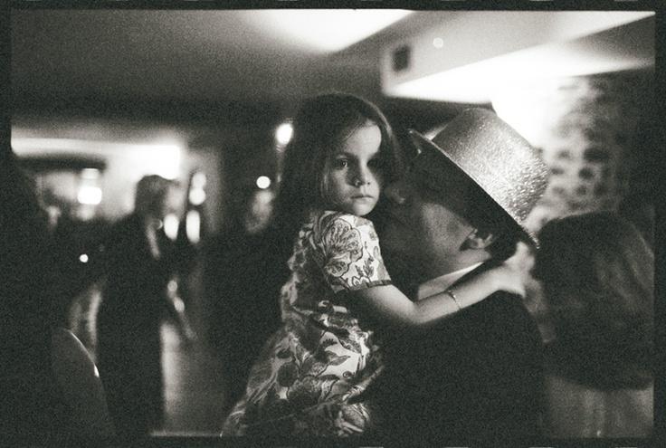 Un buen fotógrafo de boda es aquel que, más allá de la técnica, posee una fina sensibilidad para captar esos momentos mágicos que rodean a una ceremonia nupcial. Debe saber registrar los distintos detalles del día de la boda: los gestos cómplices, los momentos de mayor espontaneidad, y los instantes más sutiles, desde el brillo de una mirada, hasta la expresión de una emoción contenida. Edward Olive, ganador del World Photography Gala Awards 2010, en fotografía de bodas, tiene ese talento y…