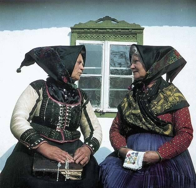 A turai hímzés évszázados múltra tekint vissza, a II. világháború után igen népszerű stílus volt, melyet divattervezők is alkalmaztak hétköznapi és alkalmi ruhák tervezése során, emellett hétköznapi használati tárgyak (például terítők) díszítésére használták. A turai templom oltárterítőit és miseruháit is a hagyományos hímzett motívumok díszítik. Tura város Pest megyében, az Aszódi járásban. A településtől délre halad el a Dunát a Tiszával összekötő Csörsz árok nyomvonala. Fotó: Kresz Albert