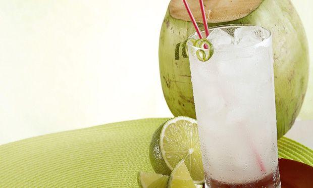 Limonada com água-de-coco: . suco de 2 limões (coado) . 200 ml de água-de-coco . açúcar e gelo a gosto Modo de preparo: Coloque todos os ingredientes no liquidificador e bata. Beba em seguida.