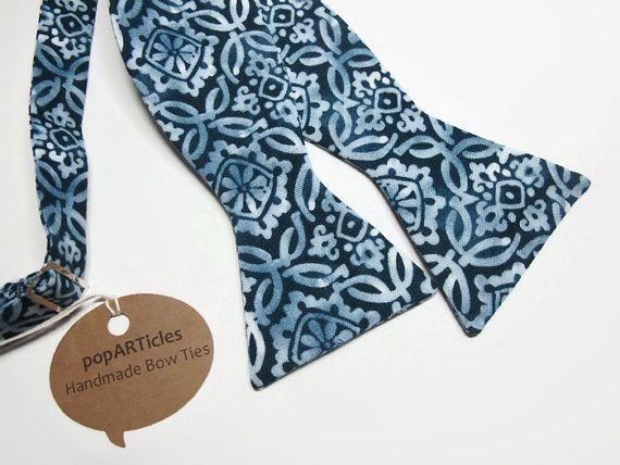 Ik gebruikte een marineblauw en wit batik medaillon patroon 100% katoenen stof zodat dit strikje. De nekband is instelbaar van 15-inch tot 18.  Stomen. Ijzer met een beetje stoom wanneer nodig.  Dit, en alle objecten die ik verkoop, zijn handgemaakt. Bedankt voor de ondersteuning van handgemaakt!  Ook verkrijgbaar in een vooraf gebonden stijl. Bekijk mijn andere strikjes: www.etsy.com/shop/popARTicles/search?search_query=bow+tie&order=date_desc&view_type=...