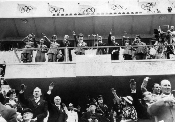 ARCHIV - Adolf Hitler (M) bei der Eröffnung der XI. Olympischen Spiele am 01.08.1936 in Berlin. Anwesend waren auch Rudolf Heß (2.v.l), Joseph Goebbels (8.v.l), Hermann Göring (9.v.l) und Leni Riefenstahl (r) an der Kamera. Foto: dpa (zu dpa ««Der Traum von Olympia» - Hitlers große Farce als ARD-Dokudrama» vom 14.07.2016) +++(c) dpa - Bildfunk+++   Verwendung weltweit