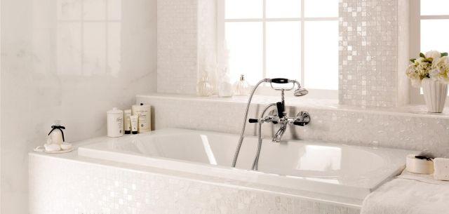 mosaïque de salle de bains blanche aux accents brillants