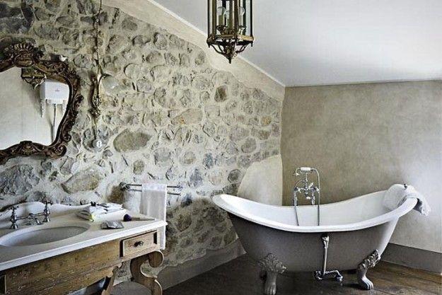 Bagno con parete in pietra