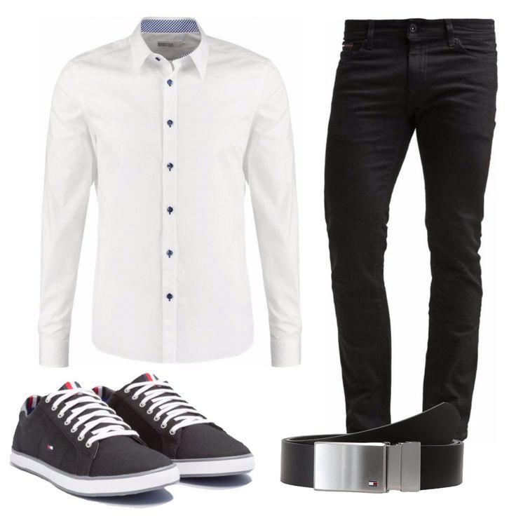 Camicia elegante bianca slim in cotone a maniche lunghe con colletto kent, jeans slim fit neri a vita normale, sneakers basse in tessuto nero con lacci in contrasto bianchi, cintura in pelle nera del brand Tommy Hilfiger.
