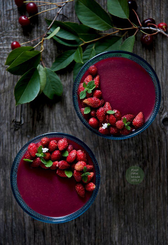 """Vegan Cherry """"Jelly"""" Pudding with wild strawberries and melissa / Domowy kisiel wiśniowy z poziomkami i melisą"""