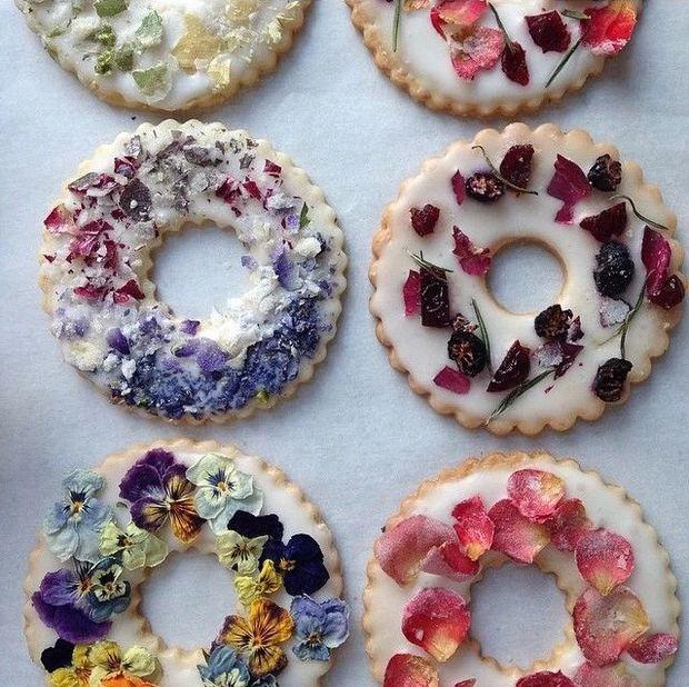 食べられるお花をクッキーにON* 超簡単でインパクト大な【ドライフラワークッキー】がオシャレすぎる♡ | GIRLY