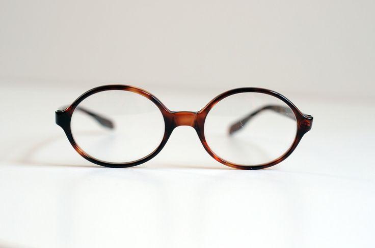 Perfetto paio di occhiali da vista rotonda/ovale di Foremost in un guscio di tartaruga marrone caldo. Cornici sono in ottime condizioni. Lente sinistra ha alcuni graffi minori e credo che questi hanno una prescrizione molto minore in loro, così minore che ho lasciato le lenti in. Le lenti pop proprio fuori se si vuole mettere la propria bisaccia in loro. Essi misurano 5,75 di larghezza e 1,75 alto.    Se piacerebbe vedere altre foto o se avete altre domande, non esitate a chiedere e graz...