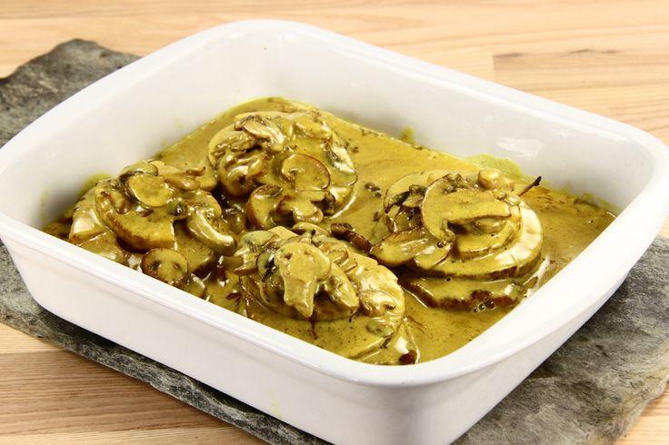 Vend koteletterne i en blanding af karry, salt og peber. Brun dem så på panden og læg dem i et ovnfast fad. <BR> <BR> Hæld saften fra ananas og championens og gem den. <BR> <BR> Steg ananas til de