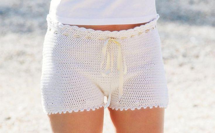 Virkade shorts är sommarens fluga. Du gör dem enkelt i skönt garn av bomull och akryl.