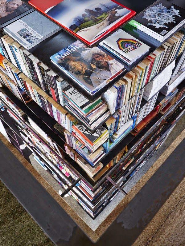 Paredes De Ladrillo, Una Librería Gigante Y Un Sofá Rosa · Brick Walls, Huge