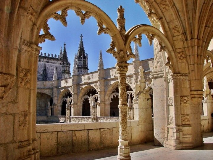 Top places to see in Lisbon – 35 things to do in Lisbon   Via TravelTipy   26/09/2015 Lisbon serves as the capital of Portugal and is its largest city. You can come here anytime. The coldest month is January but the average temperature here is not less than 15°C anyway. Which is fine. And before you go, print this list of Top Places to see in Lisbon along with a map below so that you won't miss any important sights. Photo: Jerónimos Monastery, Top Places to See in Lisbon, Portugal