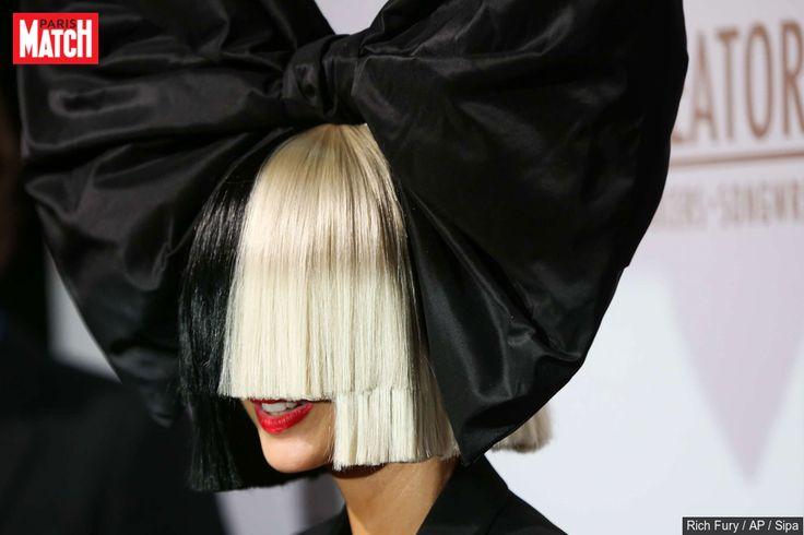 En concert à Denver dans le Colorado, la chanteuse Sia a malencontreusement dévoilé son visage. Sa perruque s'est envolée à cause du vent.