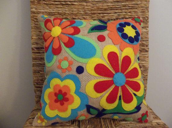 Items similar to Flores de arpillera - fieltro Appliqued almohada on Etsy