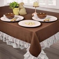Toalha de mesa marrom com babados. Ruffled brown tablecloth.