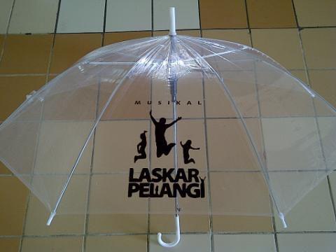 Anda bertanya-tanya mengapa banyak orang Jepang membawa payung plastik transparan? Benda tersebut benar-benar penemuan yang bagus dan berikut ini adalah sejarahnya,Biniiru-gasa (payung plastik) yang biasanya dijual seharga 500 Yen, dapat melind...