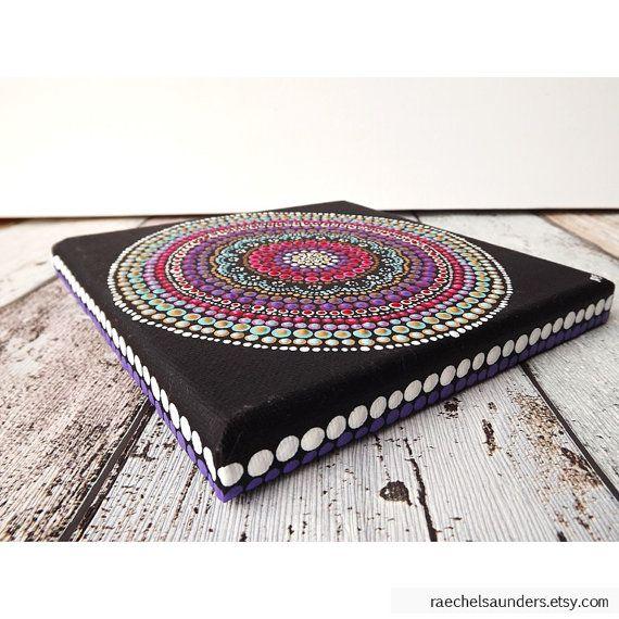 Dit is een originele illustratie hand geschilderd in acryl verf op gespannen doek. Klaar om op te hangen. Het kunstwerk heeft zijn bedekt met een beschermende spray na de ondertekening door mij, Biripi kunstenaar - Raechel Saunders.  Een kleine uitgerekt doek klaar om op te hangen op uw muur. Of zitten op een ezel. Moderne en traditionele Aboriginal Art design met elkaar vermengd.  Ontwerp: Boho zonsondergang Kleuren: Tinten van roze, mosterd, aqua, rood, maroon, paars Afmetingen: 15 cm x 15…