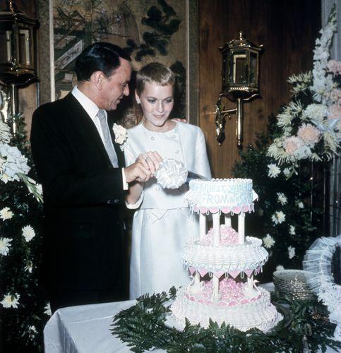 Matrimoni vintage 1966, Las Vegas. Frank Sinatra e Mia Farrow al taglio della torta