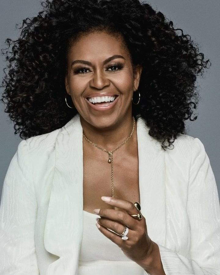 Former First Lady Michelle Obama Graces The December January Cover Of Essence Magazine In Natura Michelle Obama Hairstyles Natural Hair Styles Michelle Obama