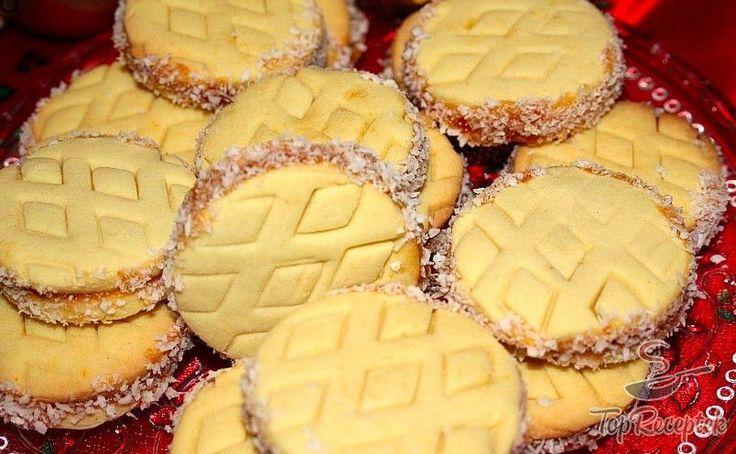 A kókuszos pudingos keksz egy végtelenül egyszerű ropogós sütemény, ami igazán díszes és finom eleme lehet a karácsonyi süteménykínálatnak. A kekszhez a hozzávalókat elkeverjük, megsütjük, majd a kész sütit kedvenc lekvárunkkal összetapasztjuk, a széleit is megkenjük a lekvárral, majd kókuszreszelékbe forgatjuk. Imádom az ünnepek alatt forró teával majszolni, vagy éppen a délutáni kávémhoz egyet-kettőt elfogyasztani.