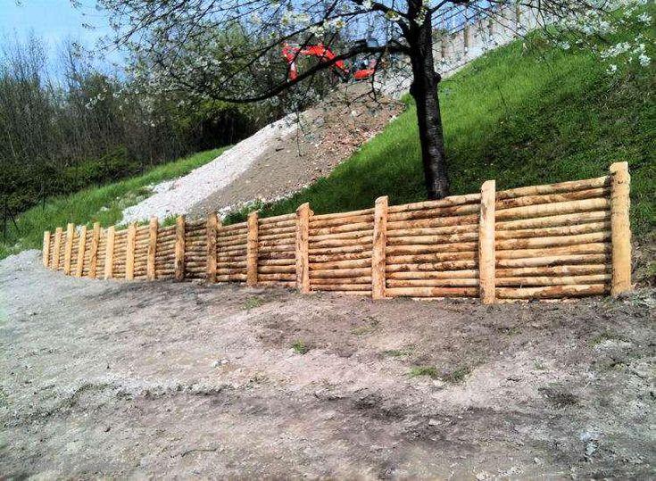 Realizzazione scarpate con recinzione in legno a gavi al for Arredi da giardino in legno