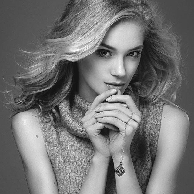 Wyjątkowość biżuterii Messh tkwi w unikatowej, ażurowej zawieszce. W jej wnętrzu znajdują się małe kuleczki, nasycone ekskluzywnymi zapachami od projektantów  #messh #perfumed #jewelry #finejewelry #biżuteria #studiostawki #polishbrand #polishmodel#model #topmodel @kasiasmolinska @radekswiatkowski #patrycjamichera