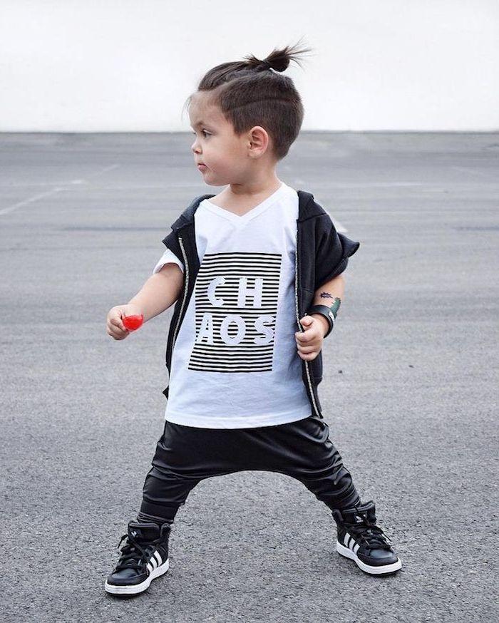 Jungs Frisuren Kleine Junge Mit Schwarzer Hose Weissem T Shirt Und Sportschuhe Jungs Frisuren Langhaarfrisuren Kleinkind Junge Haarschnitt