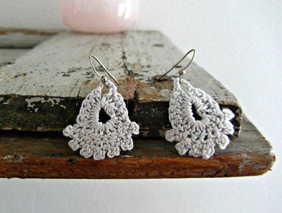 Orecchini fatti a mano ad uncinetto, in cotone grigio perla con gancetto a monachella placcato argento.