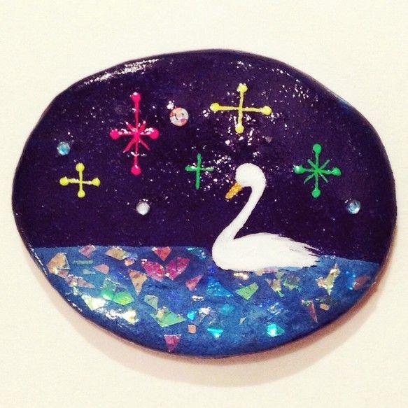 石粉粘土で形を作りアクリル絵の具で絵を描きました。湖の部分に虹色に輝くラメを貼り、レジン素材の艶出し塗料で固めタイル画の様な風合いに仕上げています。同じデザイ...|ハンドメイド、手作り、手仕事品の通販・販売・購入ならCreema。