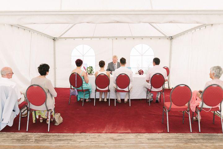 Hochzeit im Freien an der Nordsee. Hochzeitsbilder von Sandra Hützen www.sandrahuetzen.de Pagodenzelt Zelt Schillig Strandhochzeit