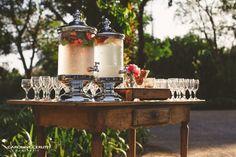 Suqueiras. Casamento no Campo Casamento no campo no Rio de Janeiro | Decoração rústica com tons de vermelho e verde. Topo de bolo de casamento e placas de cadeira personalizadas.