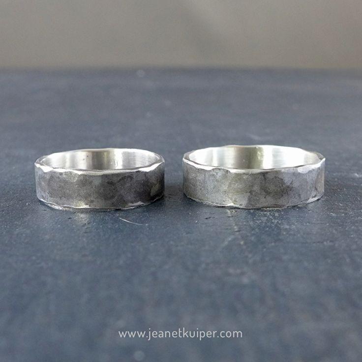 trouwringen van geoxideerd gehamerd zilver