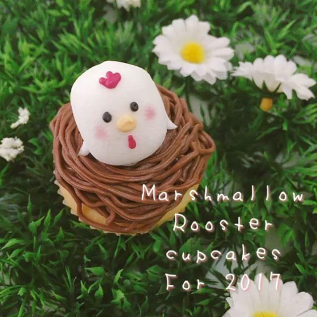 ♡  2017年は酉年ということで  マシュマロコッコちゃんカップケーキ🐔ローソンのヨーグルトマシュマロが、コロンと丸くておすすめです。  顔にはアイシングを使いましたが、フードペンでも代用ok! 手はオバケちゃんの時よりも横の位置を意識してカットするのがポイント笑  簡単なのでキッズのアクティビティとして作るのも🙆🏻です❤  #マシュマロコッコちゃん  How to make marshmallow rooster cupcakes for 2017 - the year of the rooster!