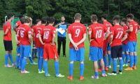 Neu-Trainer Max-Wicht gibt beim ersten A-Jugend-Training im Kreis seiner neuen WSV-Mannschaft die Richtung vor.