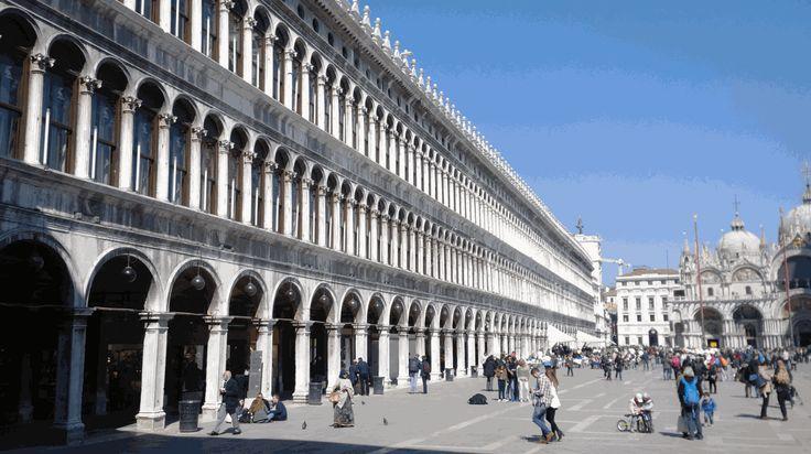 Le Procuratie Vecchie sotto cui si trova il negozio Olivetti, scopri di più sul capolavoro di Carlo Scarpa bit.ly/olivettivenezia
