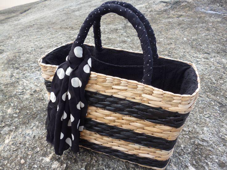 Bolsa de palha natural pintada a mão com mix de poá p&b!