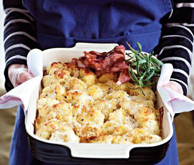 Mättande blomkålsgratäng med knaperstekt bacon och en touch av rosmarin är ett recept som mättar alla magar mitt i veckan. Servera gärna med en grön sallad.