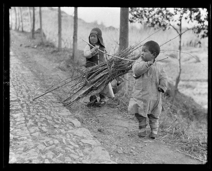 Children carrying Firewood, Hangzhou, 1917-1919. (Photo by Sidney David Gamble)