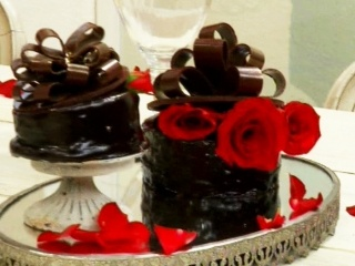 Pastel de chocolate con corazones