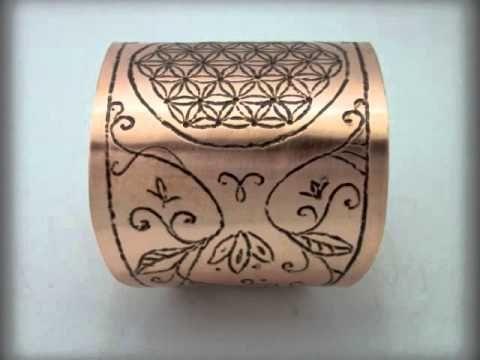 Bratarile din cupru sunt gravate manual cu simboluri Reiki respectiv Floarea Vietii.  Mai multe creatii in cupru ,alama, otel inoxidabil sau sticla gravata gasiti pe site-ul de prezentare: http://hadarugart.weebly.com/