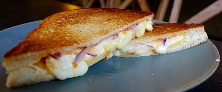 Sweet and spicy brie and peach grilled cheese sandwich (Brie Sandwich Recipes)