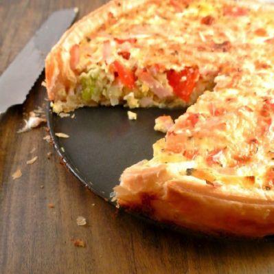 Een lekker recept voor 'the day after' als je nog restjes over hebt. Maar natuurlijk kun je ook een lekkere salade maken of sandwiches, zoals de Engelsen vaak doen!     Benodigdheden:  1 pakje bladerdeeg  300 gr stukjes van de overgebleven kalkoen  2 theelepels kerrie poeder  200 gr kastanje champignons  100 g peultjes in stukjes  70 lente uit gesneden  1 rode paprika in stukjes  400gr