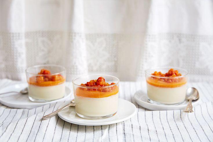 Panna Cotta med multer er en herlig avveksling til den tradisjonelle multekremen som de du samler rundt bordet garantert vil elske.