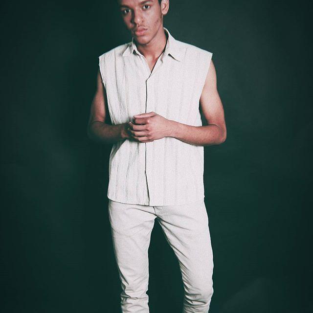 Vem ai para 2018 um novo conceito de moda masculina, em breve lançamento de uma revistas para todos... 📷Foto: @fotografa_clara_oficial📷  🔆Direção: @agenciadasestrelas🔆  💢Modelo: @wemessonwalker💢  🎬Estrelando: @blogarmarioc🎬    #revistamasculina #modamasculina #agenciadasestrelas #wemessonwalker #blogarmarioc #magazineman #vem2018