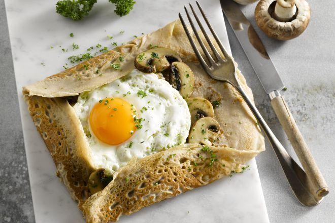 De klassieke Franse 'crêpe salé', maar dan met boekweitbloem. Heerlijk met een gebakken ei en champignons als vulling.