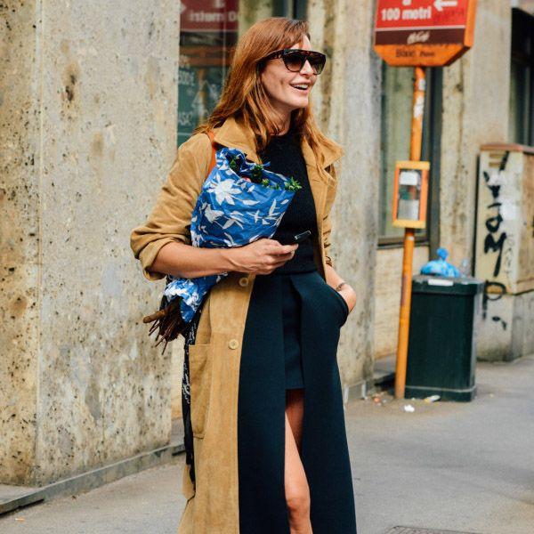 A editora de mode Ece Sukan com saia recortada e maxi casaco.