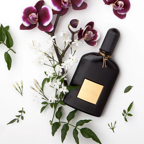 Velvet Orchid de Tom Ford - une nouvelle fragrance florale, orientale et épicée qui évoque le pouvoir de l'iconique Tom Ford Black Orchid dans une fragrance harmonieuse et ultra-féminine avec des notes d'agrumes frais, de pétales intenses, de miel et de rhum.