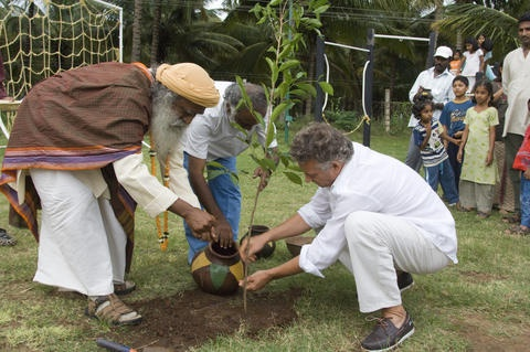 Convaincu que «l'arbre est la moitié de nos poumons», Sadhguru, yogi et mystique indien, a engagé sa fondation,  Isha Foundation dans un vaste programme de reforestation du Tamil Nadu, au Sud de l'Inde. Son projet : planter 114 millions d'arbres en dix ans ! Pas impossible, cela fait moins de deux arbres par habitant de l'Etat... Et la Fondation Yves Rocher – Institut de France lui apporte son soutien !