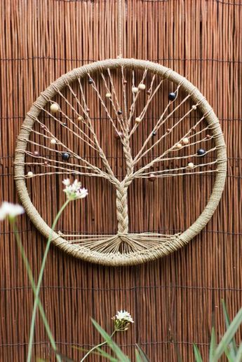 capteur de rêve, modèle très intéressant avec un réseau de fils en forme d'arbre
